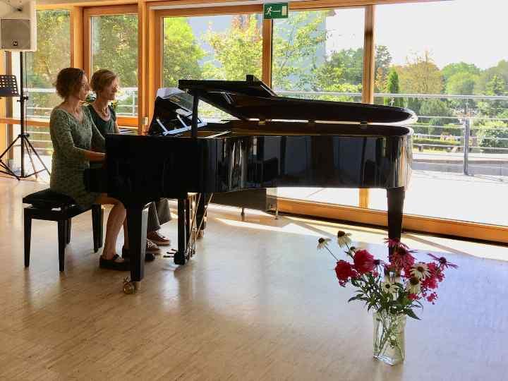 Schülerin beim Klaviervorspiel